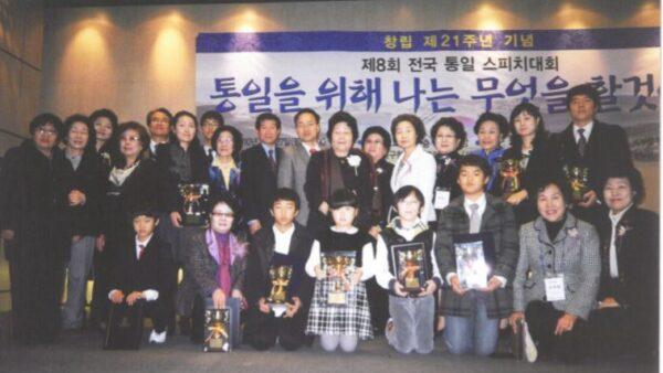 8회-전국통일스피치대회-기념촬영-2010.11.27..JPG
